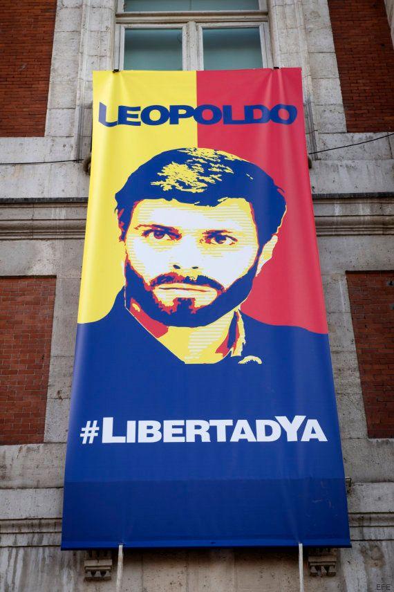 Cifuentes cuelga en Sol dos carteles en apoyo al opositor venezolano Leopoldo López bajo el lema 'Libertad