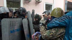 Un millar de prorrusos atacan la sede de la policía ucraniana en