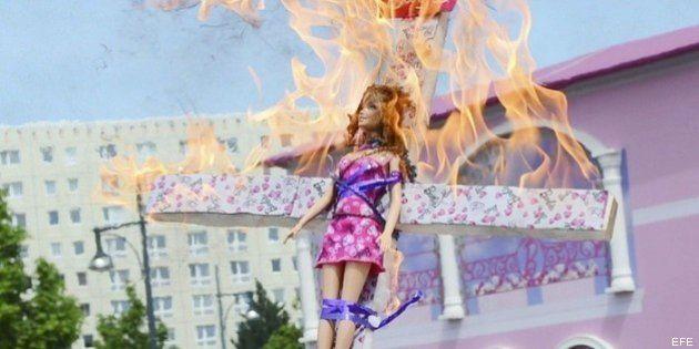 Casa de Barbie en Berlín: la muñeca en llamas y una protesta de FEMEN en la inauguración