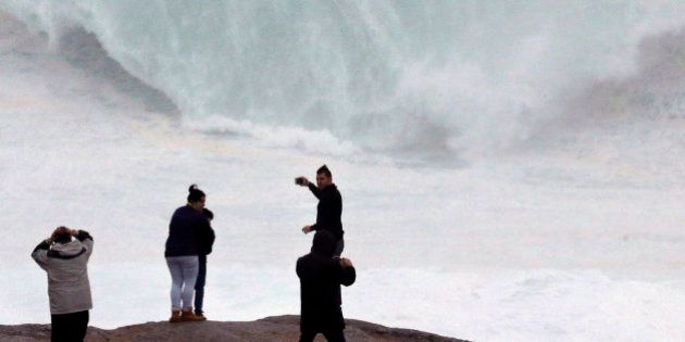 Un golpe de mar arrastra a un niño de 20 meses en