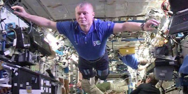 Los astronautas de la Estación Espacial Internacional firman el mannequin más impresionante del