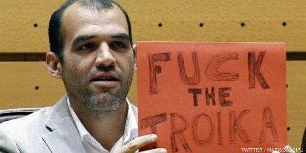 Un senador de IU difunde en Twitter el cartel que enseñó en el Hemiciclo: 'Fuck the