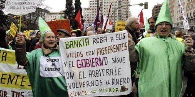 Un policía apuñala a un extrabajador de Bankia que le vendió