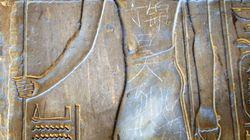 Un joven chino hace un grafiti en una pared de