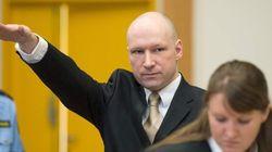 Breivik llega a un juicio... y vuelve a hacer