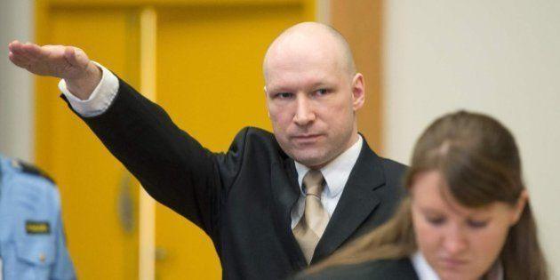 Breivik hace un saludo nazi en el inicio del juicio contra el Estado