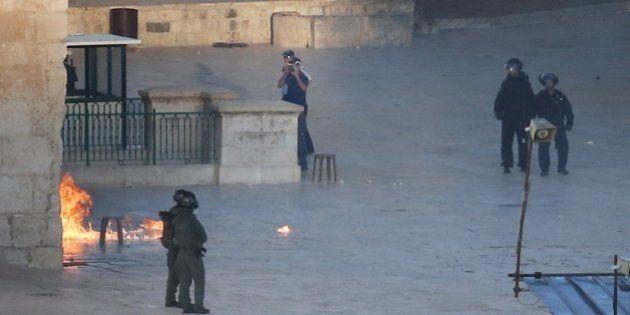 La Policía israelí vuelve a entrar en la Explanada de las Mezquitas y se enfrenta con un grupo de