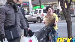No imaginarás quién se para a ayudar a este joven aterido de frío