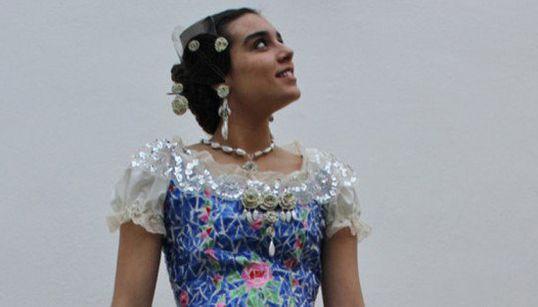 Este vestido de fallera está hecho con 180 botellas de plástico