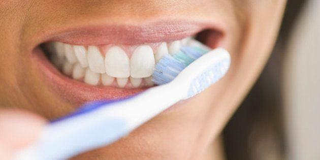 Por qué irse a la cama sin lavarse los dientes es peor de lo que
