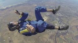 El increíble rescate de un paracaidista que se desmaya en pleno