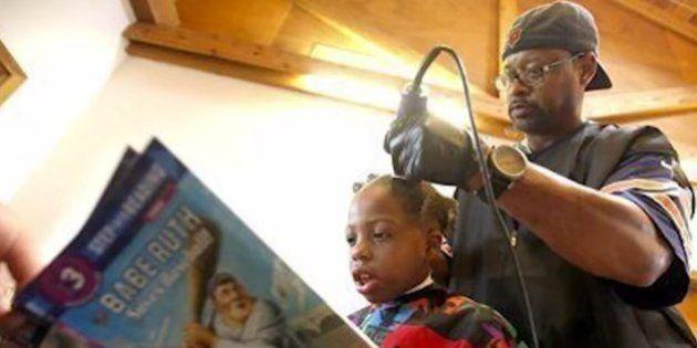 El peluquero que corta el pelo gratis a los niños que le lean un