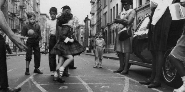 21 fotos antiguas de niños pasándoselo en grande sin necesidad de