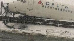 Un avión de Delta se sale de pista en Nueva York (VÍDEO,