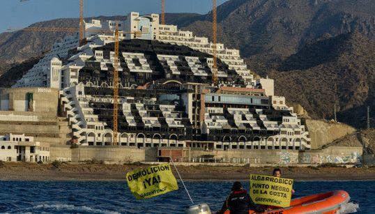 Greenpeace pinta de negro el hotel El