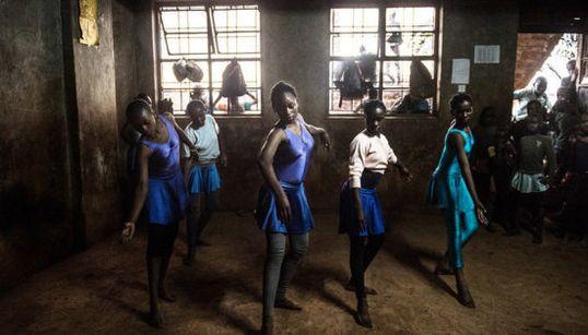 32 fotos que reflejan la magia del 'ballet' en el mayor suburbio de