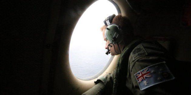 Avión de Malasia: Australia busca 'a ojo' los posibles