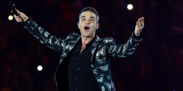 Robbie Williams se toma con humor las críticas por desinfectarse las manos tras tocar a unos
