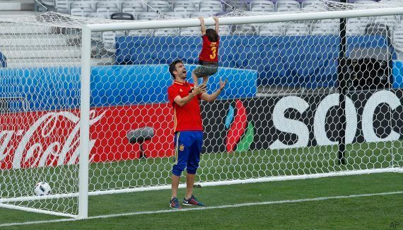 La UEFA pide que dejen de acceder al campo familiares de jugadores tras los