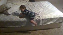 Alucinarás con lo que hace este bebé para bajar de la