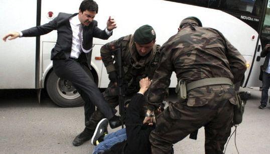 Un asesor de Erdogan patea a un manifestante (FOTOS,