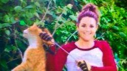 Suspenden a la veterinaria que posó con un gato atravesado por una