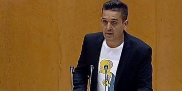 Un senador de Compromís debuta ante Montoro con una camiseta del señor