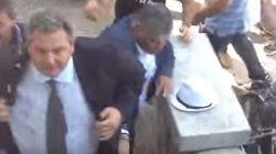 El ministro de Defensa griego recibido a huevazos en la isla de