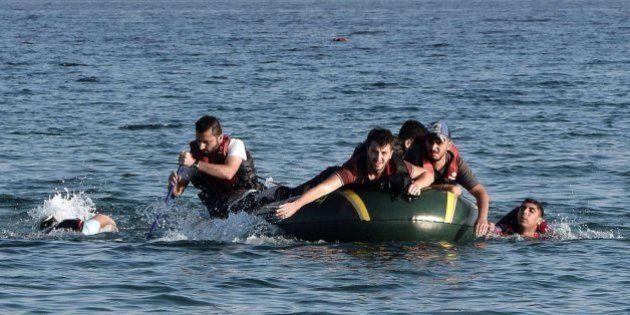Italia recibe un SOS de 18 barcazas con 3.000 refugiados en el
