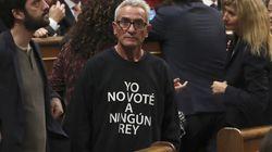 Cañamero acude a la ceremonia con los reyes con una camiseta con el lema