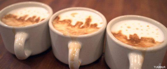 El camarero que pinta caras y paisajes en la espuma del café con