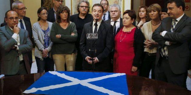 Diputados nacionalistas muestran en el Congreso su