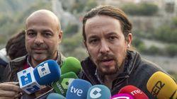 Pablo Iglesias, con pajarita y botellín de