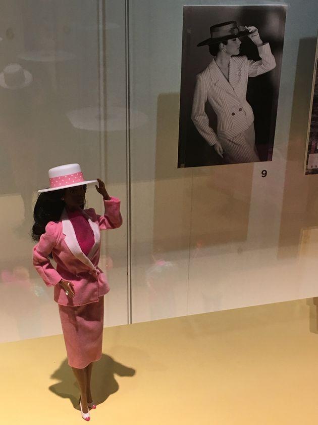 Barbie toma París: una retrospectiva de 700 muñecas inunda el Museo de Artes