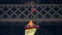 Un activista de Greenpeace, 11 horas colgado de la Torre Eiffel