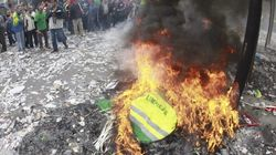 Barrenderos de Madrid queman sus uniformes en protesta contra los