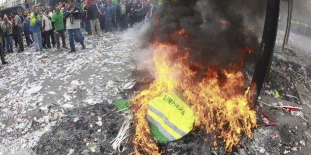 Barrenderos de Madrid queman sus uniformes frente al Ayuntamiento en protesta contra los