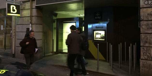 Miles de personas piden a Bankia que quite los barrotes anti mendigos de una sucursal de