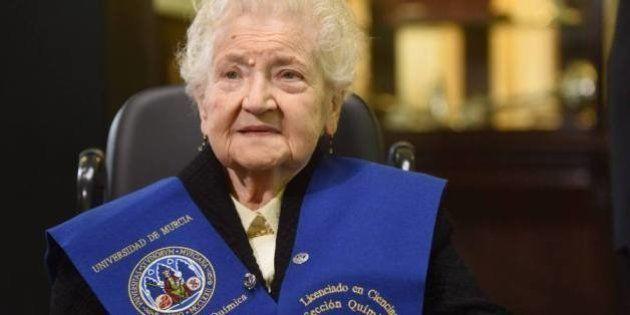 Una anciana de 94 años se licencia en Químicas 75 años después de empezar la