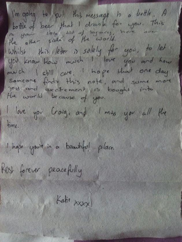 El emotivo mensaje en una botella que encontró una niña en una playa de