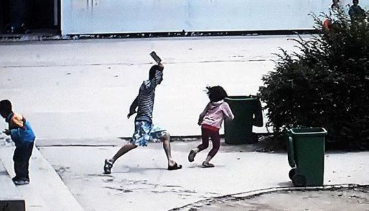 Un hombre ataca a niños con un cuchillo carnicero en China (VÍDEOS,