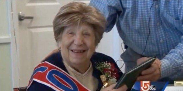 Clare Picciuto celebra su fiesta de graduación al cumplir los 100