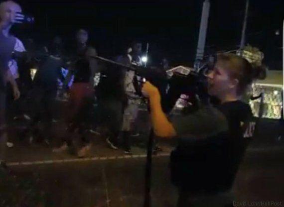 Un policía apunta a un grupo de periodistas del 'HuffPost' Estados