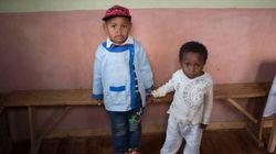 Estos dos niños nacieron el mismo día, pero su vida será