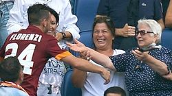 Amonestan a este futbolista por celebrar un gol con su abuela