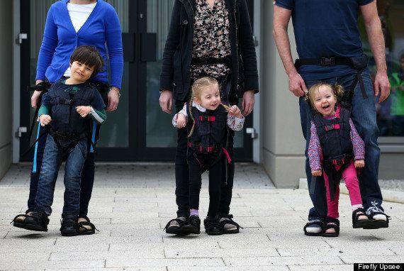 Este dispositivo permite a niños que no pueden caminar moverse a la vez que sus