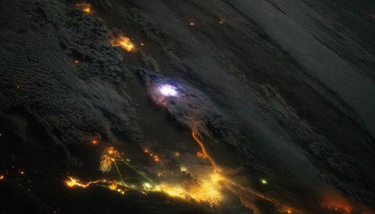 Así es un rayo visto desde el espacio