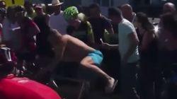 Aprovecha una caída en la Vuelta para tratar de robar una