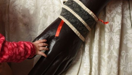 La mano de una niña tocando a un gigante y otras fotos del