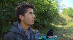 Escapando de Afganistán a Hungría empujando la silla de la